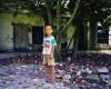 Enfant devant les ruines d'une ancienne école, île de Quan Lan, Vietnam
